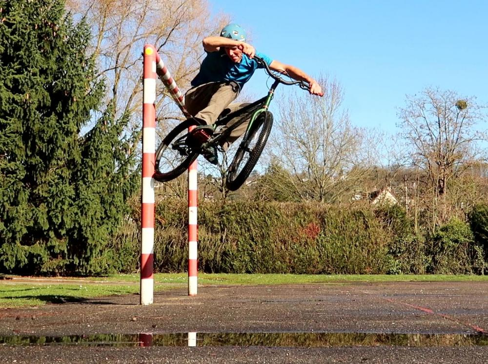 0-0-street-trials-8-4-wall-ride-pole1.jpg